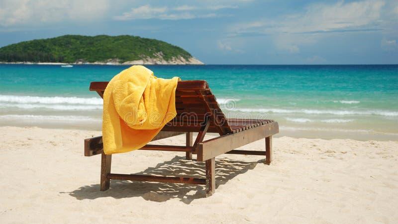 Sunbed на песчаном пляже