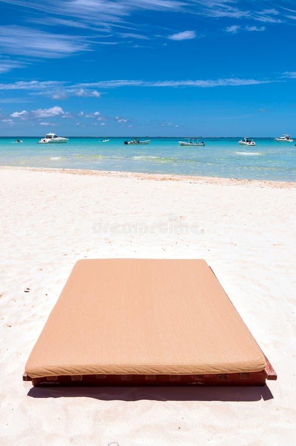 Sunbed auf tropischem Strand in Isla Mujeres, Mexiko stockfotos
