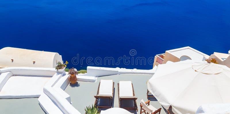 Sunbed en terraza Arquitectura blanca en la isla de Santorini, Grecia Hermosa vista en el mar imagen de archivo