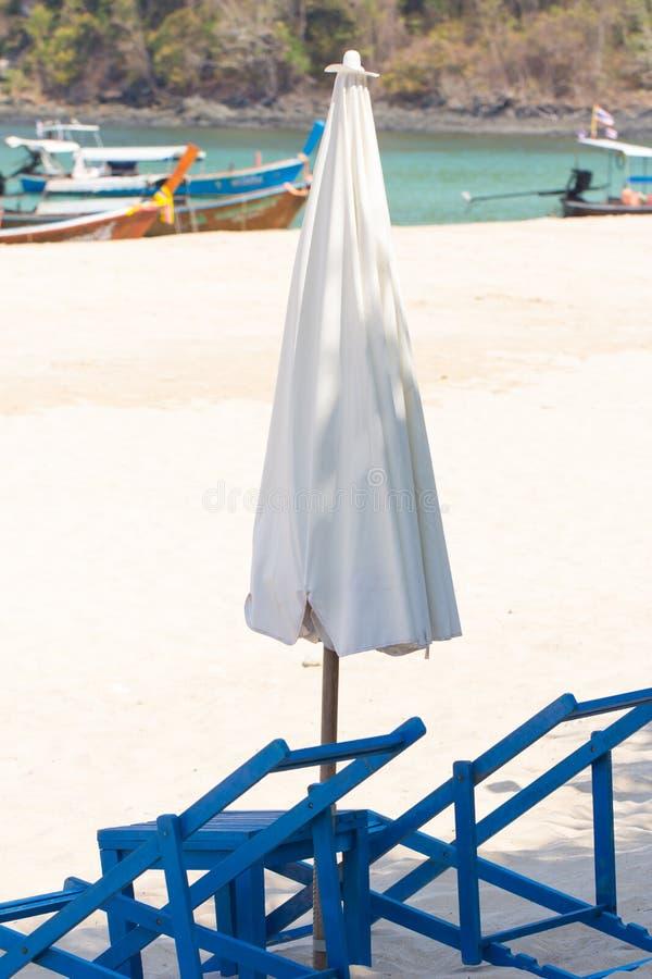 Sunbed och paraply arkivfoto