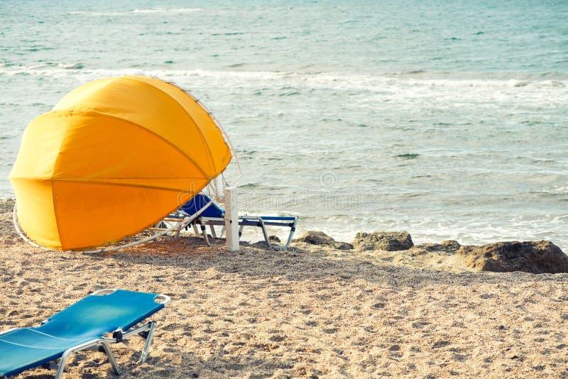 sunbed paraply fotografering för bildbyråer