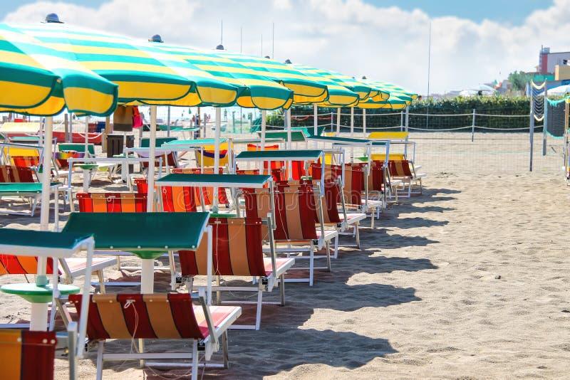 Sunbeds和伞在海滩在Bellaria Igea小游艇船坞,里米尼,意大利 免版税库存图片