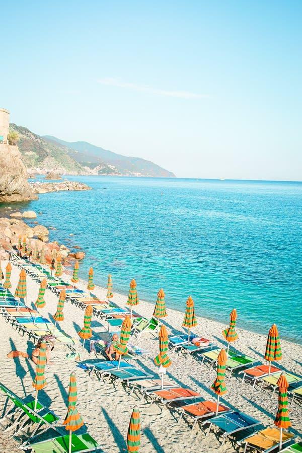 Sunbeds和伞在美丽的欧洲海滨在Monterosso在意大利,五乡地,利古里亚 免版税库存图片