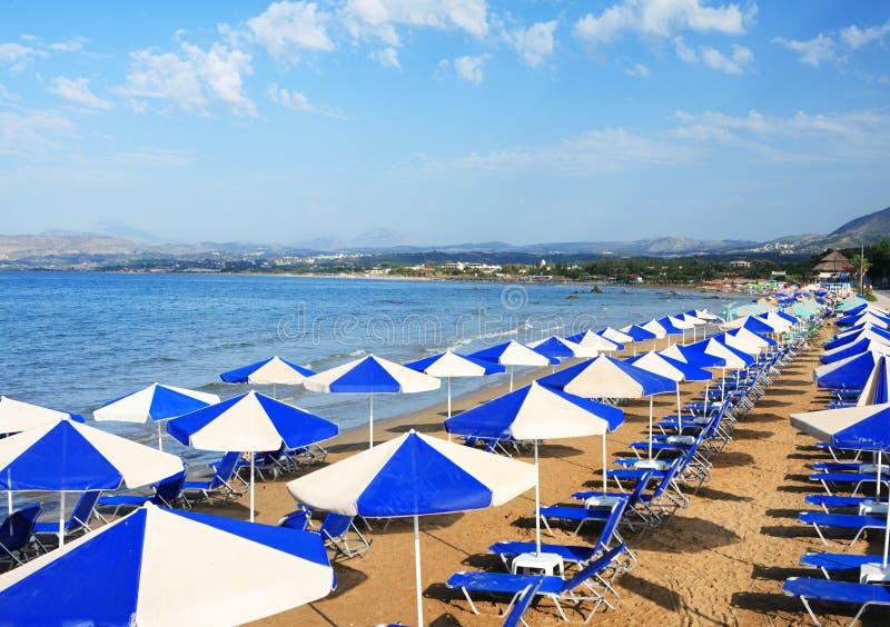 Sunbeds à la ressource de Crète photos libres de droits
