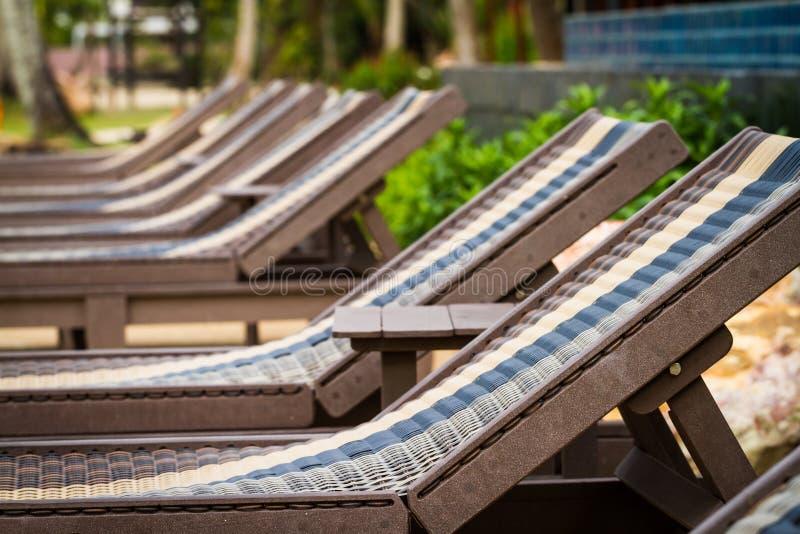 Sunbeds εκτός από την πισίνα στοκ εικόνες