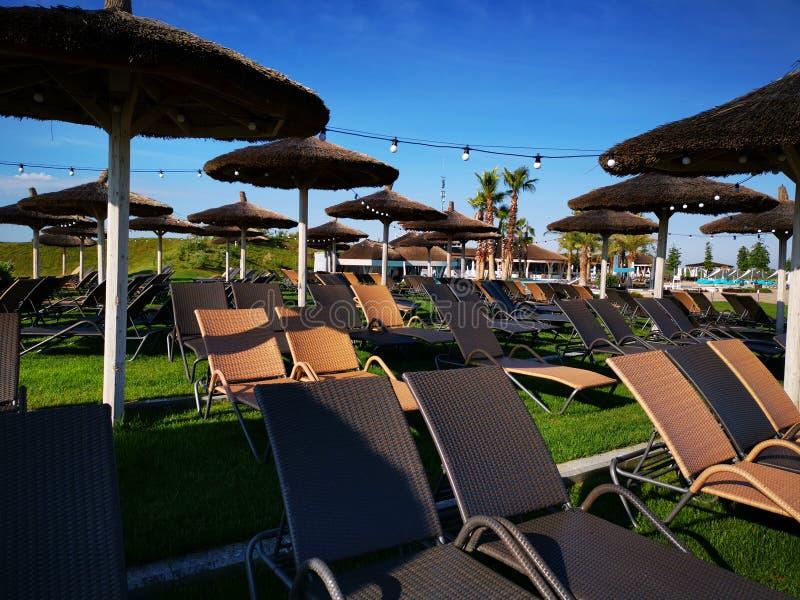 Sunbeds και ομπρέλες στοκ φωτογραφία με δικαίωμα ελεύθερης χρήσης