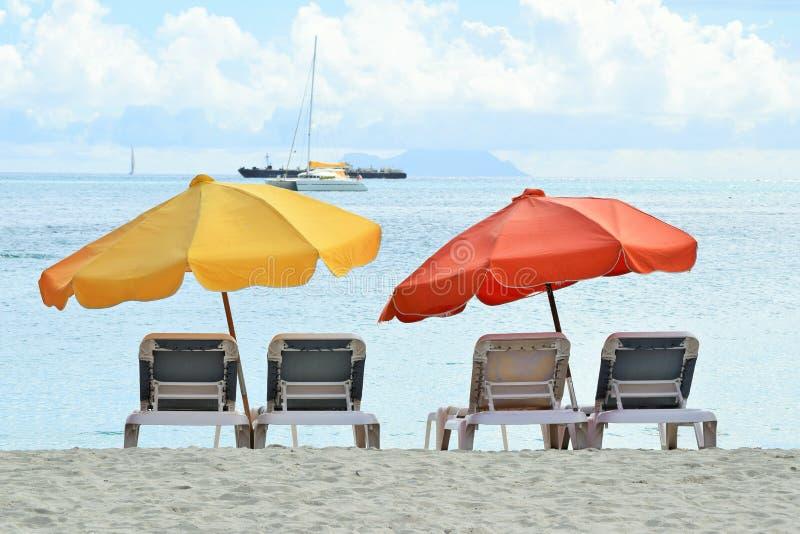 Sunbeds και sunshades κίτρινος και κόκκινος στη νότια παραλία, Μαϊάμι, Φλώριδα, ΗΠΑ στοκ εικόνες με δικαίωμα ελεύθερης χρήσης