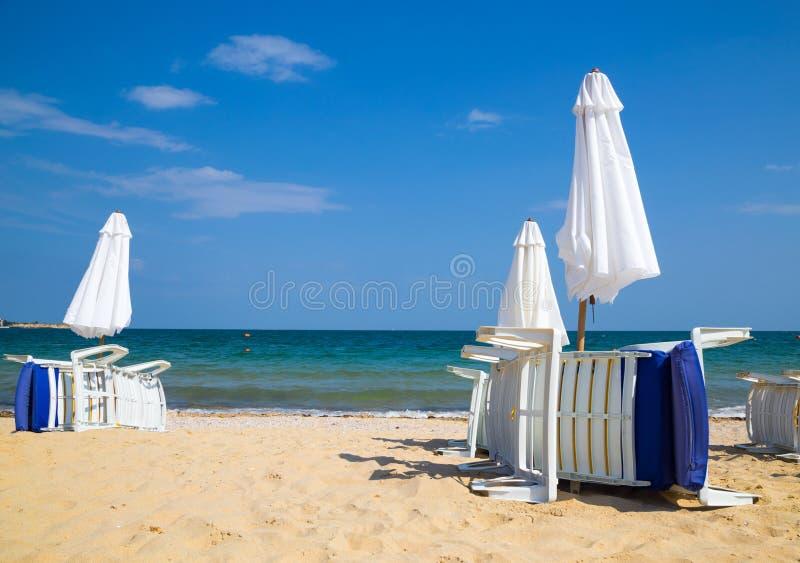 Sunbeds με τις ομπρέλες στην παραλία στοκ φωτογραφίες με δικαίωμα ελεύθερης χρήσης