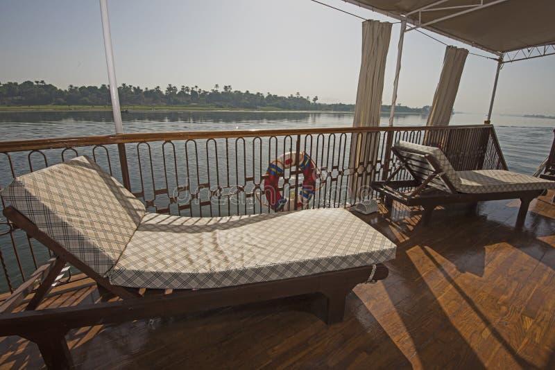 Sunbeds στη γέφυρα μιας βάρκας κρουαζιέρας ποταμών πολυτέλειας με πανοραμικό στοκ φωτογραφία με δικαίωμα ελεύθερης χρήσης