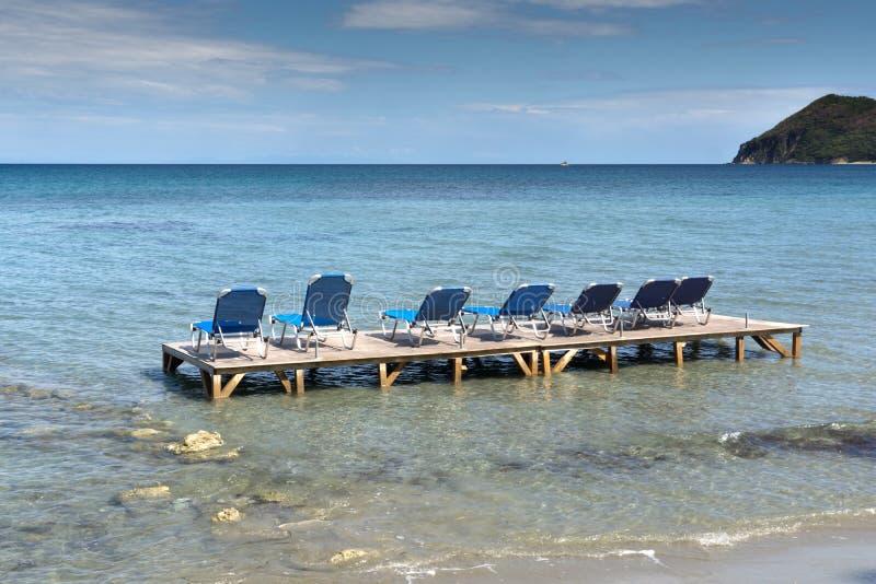Sunbeds στο νερό, παραλία koukla, νησί της Ζάκυνθου στοκ εικόνες