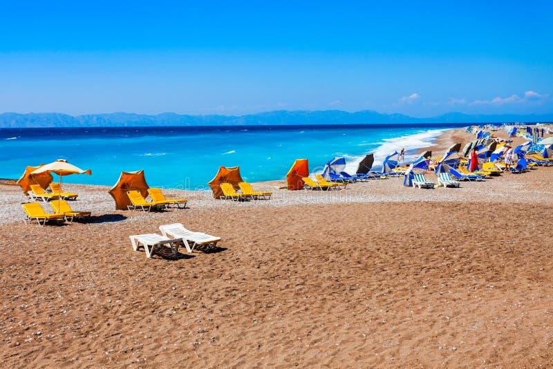 Sunbeds bij het strand van Rhodos, Griekenland stock foto