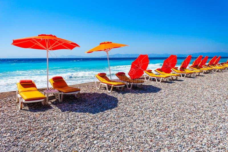 Sunbeds bij het strand van Rhodos, Griekenland royalty-vrije stock afbeeldingen