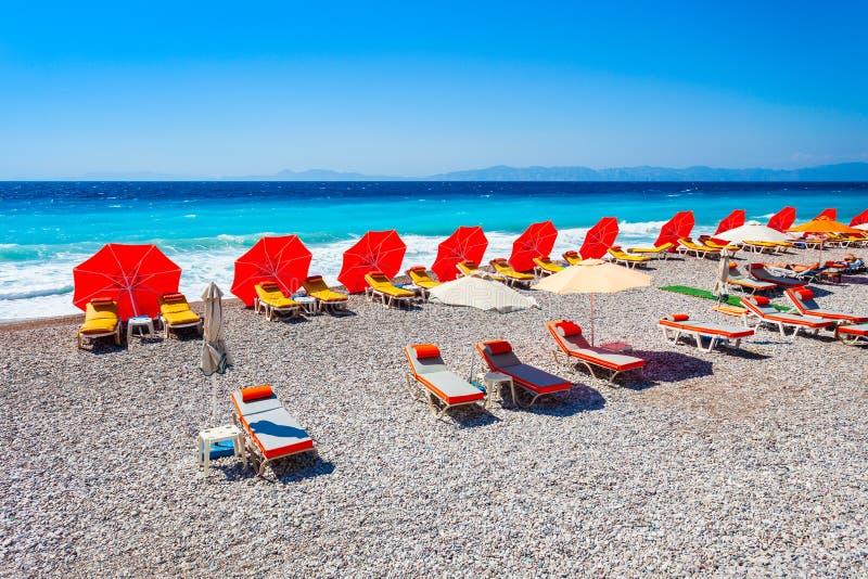 Sunbeds bij het strand van Rhodos, Griekenland stock fotografie
