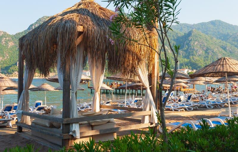 Sunbeds en bungalow op het strand royalty-vrije stock foto