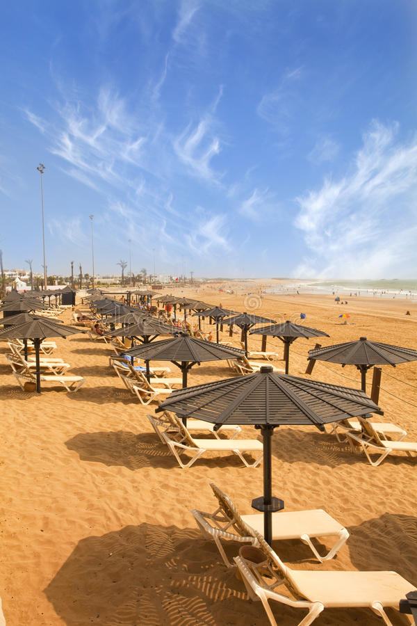 Sunbeds en la playa arenosa imagen de archivo libre de regalías