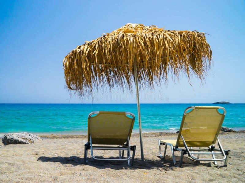 Sunbeds en la playa, Creta, Grecia foto de archivo libre de regalías
