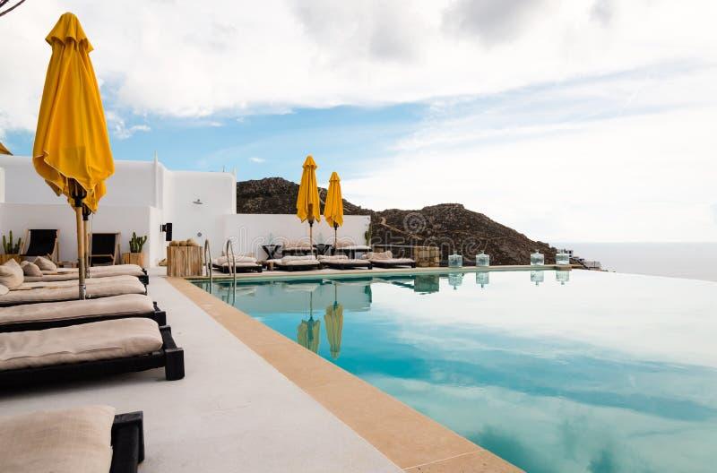 Sunbeds en paraplu's naast een pool royalty-vrije stock afbeelding