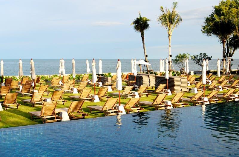 Sunbeds en paraplu's op het strand dichtbij het zwembad royalty-vrije stock foto's