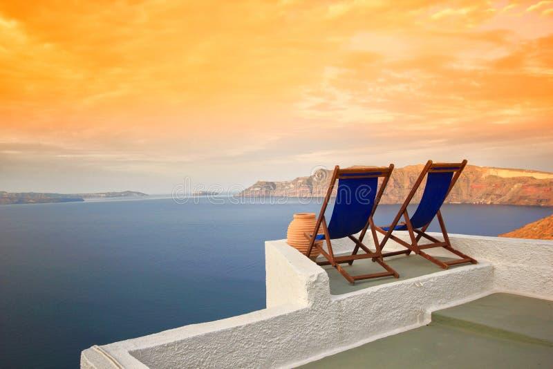 Sunbeds en Santorini foto de archivo