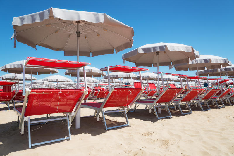 Sunbeds in het Strand van Rimini en van Riccione en Cattolica-, Italië stock afbeeldingen