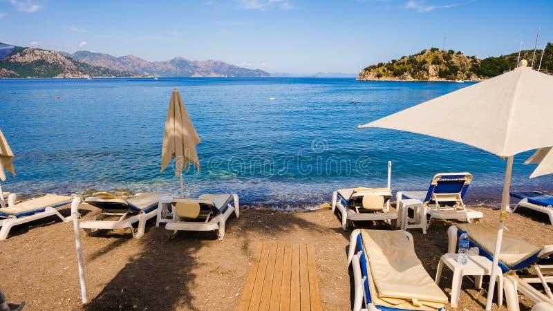 Sunbeds i den Marmaris stranden på Turkiet fotografering för bildbyråer