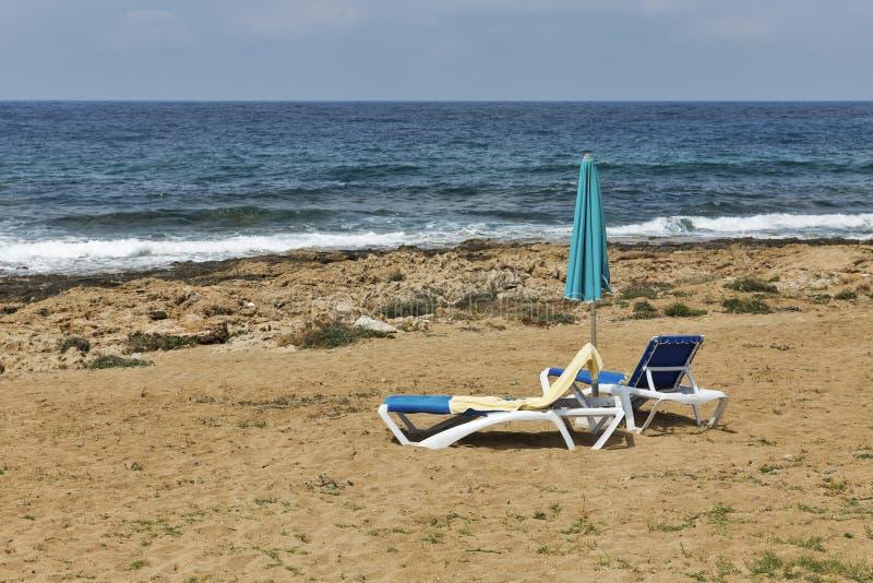 Sunbeds i parasol dla relaksu na dennej plaży zdjęcie stock