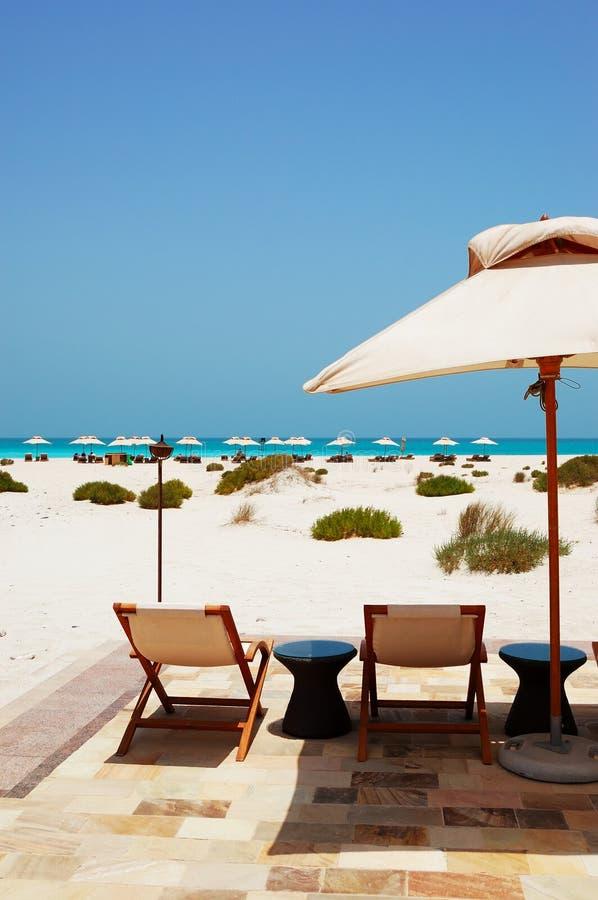 Sunbeds i parasole przy plażą luksusowy hotel obraz stock