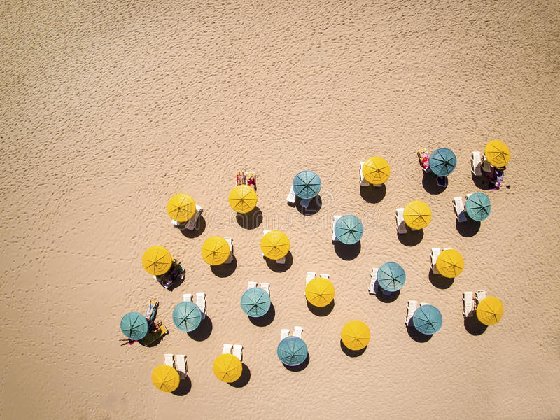 Sunbeds och paraplyer på varm sand royaltyfri fotografi