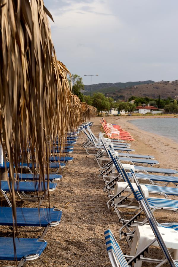 Sunbeds op een verlaten strand stock afbeeldingen