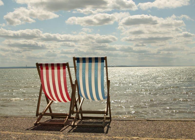 Sunbeds op het strand stock afbeeldingen