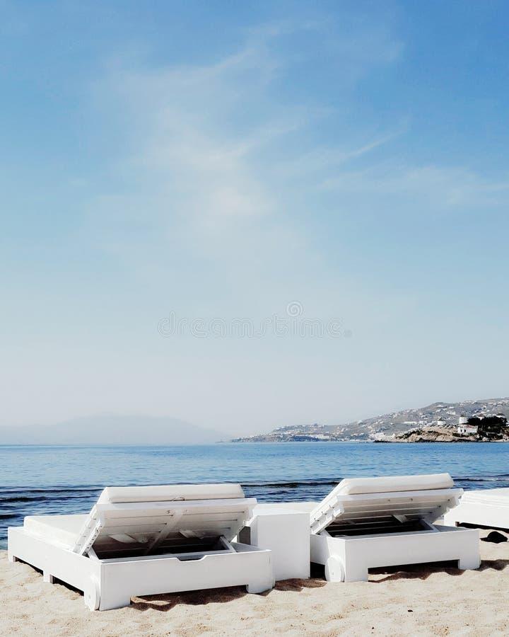 Sunbeds op het strand die overzees overzien royalty-vrije stock fotografie