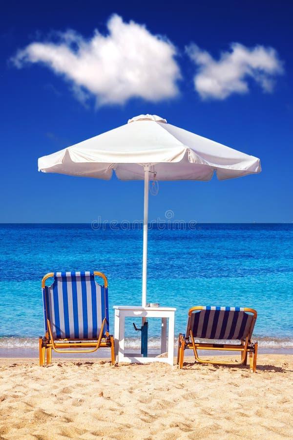 Sunbeds an Plaka-Strand auf Naxos-Insel lizenzfreie stockfotografie