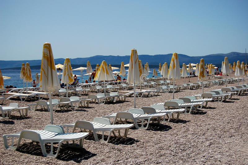 Sunbeds su capo dorato, Croatia fotografia stock