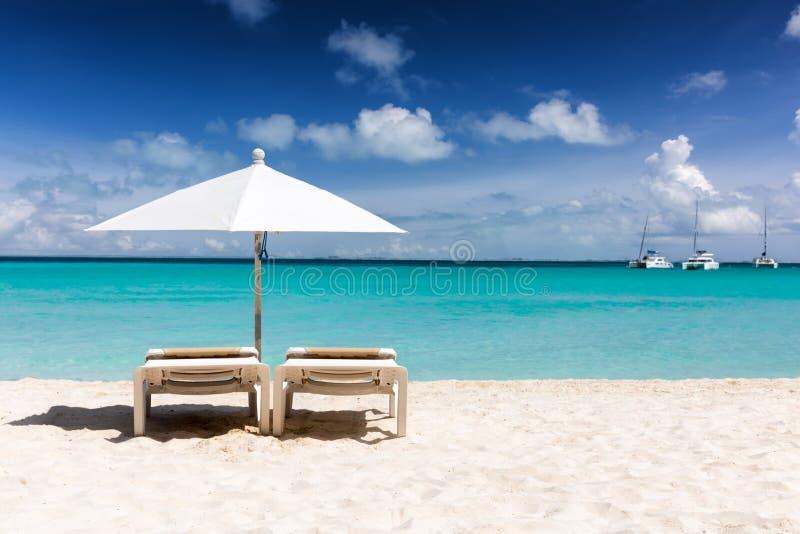 Sunbeds und Regenschirm auf einem Strand in den Karibischen Meeren, Isla Mujeres stockfotografie