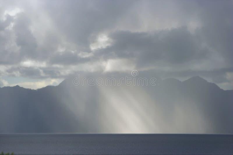 Sunbeems y tormenta de la lluvia. Luz a los dom de la oscuridad. fotos de archivo libres de regalías
