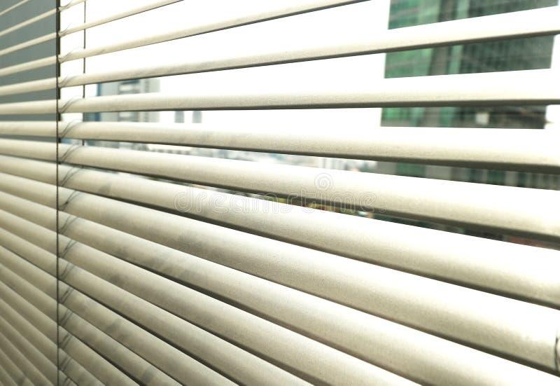 Sunblinds metálicos cinzentos do jalusie da janela fotos de stock