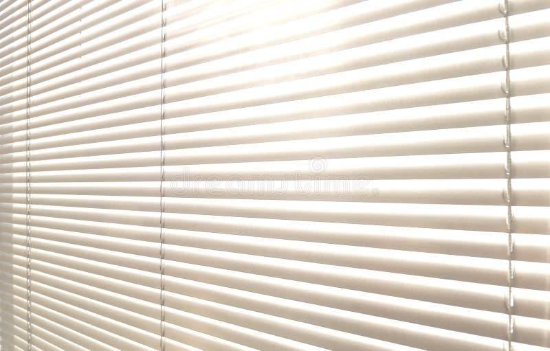 Sunblinds metálicos cinzentos do jalusie da janela fotografia de stock