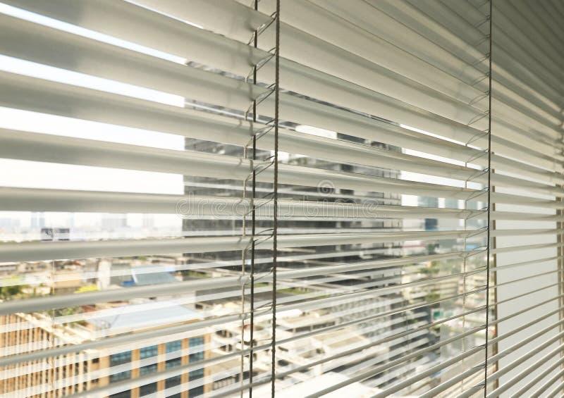 Sunblinds metálicos cinzentos do jalusie da janela imagem de stock royalty free