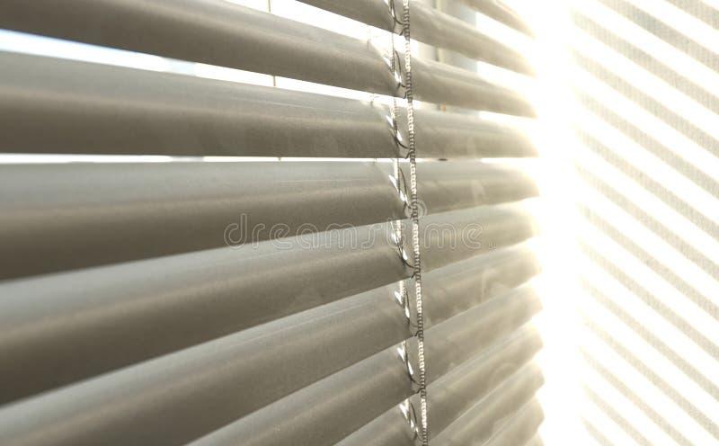 Sunblinds metálicos cinzentos do jalusie da janela foto de stock royalty free