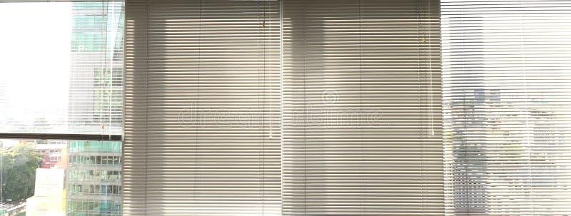 Sunblinds metálicos cinzentos do jalusie da janela foto de stock