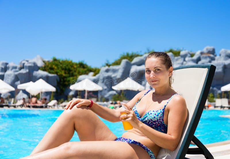 Sunburn ochrona Dziewczyna z sunscreen zdjęcia stock