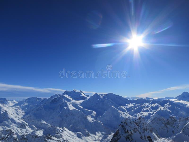 Sunburst över de schweiziska fjällängarna royaltyfri fotografi