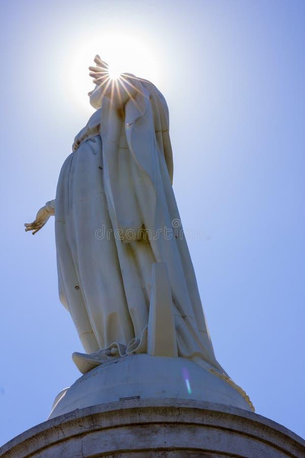 Sunburst bak statyn för obefläckad befruktning på Cerroen San Cristobal i Santiago de Chile royaltyfria bilder