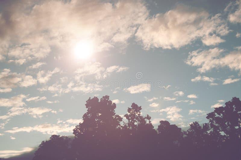 Sunburst i en molnig blå himmel royaltyfri bild