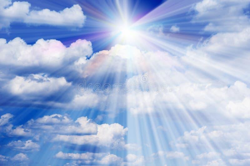 Sunburst till och med ogenomskinligheten på blå himmel royaltyfri foto