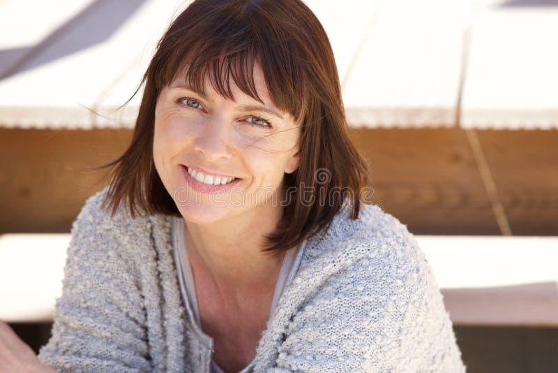 Sund äldre kvinna som utanför ler arkivbild