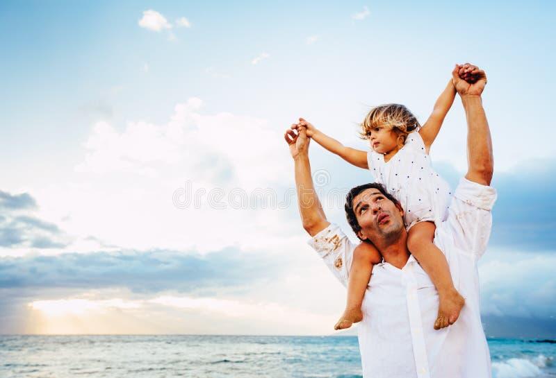 Sund älska fader och dotter som tillsammans spelar på stranden royaltyfri fotografi