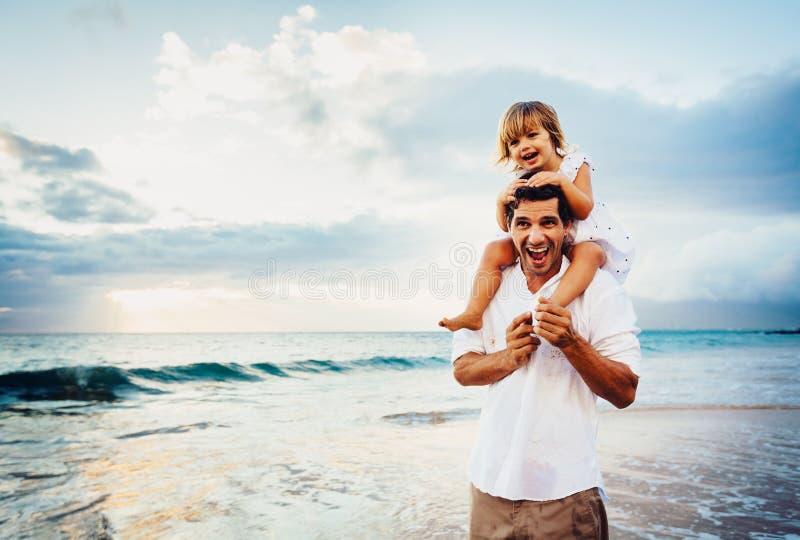 Sund älska fader och dotter som tillsammans spelar på stranden fotografering för bildbyråer