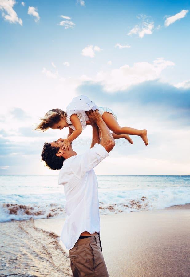 Sund älska fader och dotter som tillsammans spelar på stranden royaltyfria bilder
