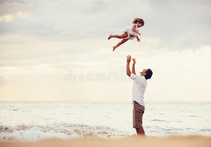 Sund älska fader och dotter som tillsammans spelar på stranden royaltyfria foton